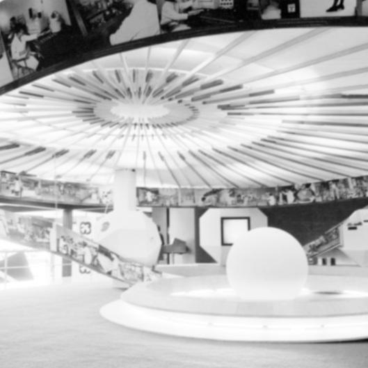Título: Visitantes y exposición fotográfica en un museo, Colección: Archivo Casasola, Autor: Casasola, Lugar de asunto: México, Fecha de asunto: ca. 1968, Fecha de toma: ca. 1968, Proceso: Negativo de película de seguridad.